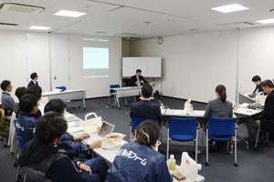 商品をPRし、専門家の意見を聞くセミナー参加者=佐賀市の日本政策金融公庫佐賀支店