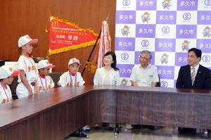 横尾俊彦市長(右)に優勝報告する多久東部少年野球部の選手たち=多久市役所