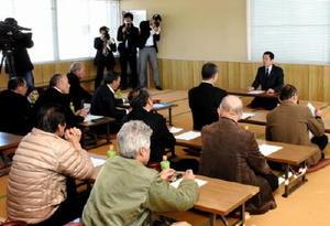 諫早湾干拓の開門をめぐる訴訟の和解協議で示された基金案の受け入れを投票で決定した熊本県漁連の組合長会議=熊本市の同漁連