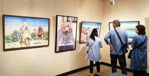 透明感のある美しい絵が並ぶ立川眞澄さんの水彩画展=鳥栖市柚比町の花やしきギャラリー