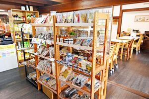 築110年の趣ある古民家に店を構える「陽だまり」。甘酒をはじめとした自然食品が千点以上並ぶ=多久市