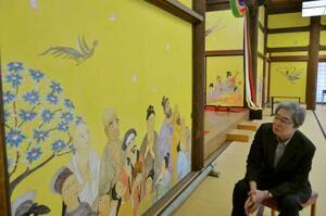 薬師寺に奉納した障壁画について報道陣に説明する細川護熙さん=6日午後、奈良市