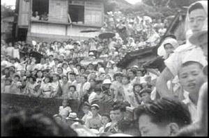 ロケ現場は連日、黒山の人だかりとなった=1951(昭和26)年、呼子町