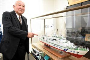 巡視船「まつうら」の模型を寄贈した岩﨑慶次さん=唐津市二タ子の唐津海上保安部