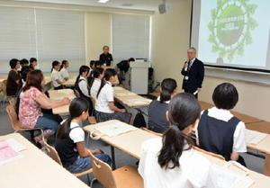 来年4月に開設する新学科について説明する福元裕二学長=佐賀市神園の西九州大短期大学部