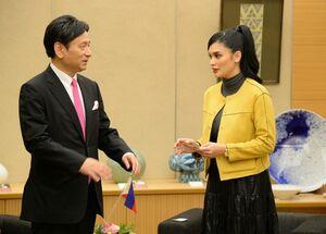 山口祥義知事を表敬したピア・ウォルツバックさん(右)=佐賀県庁