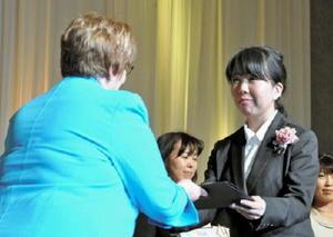 国際ソロプチミストのアメリカ連盟から表彰された山浦礼子さん=福岡市のヒルトン福岡シーホーク