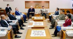 沖縄県民投票の選択肢について協議する、県議会全会派による代表者会議=24日、県議会