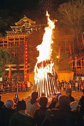 御神火に息災願い 祐徳稲荷神社でお火たき