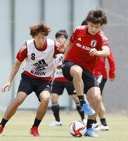 スペイン代表との強化試合に向け、調整する上田(右)=堺市内