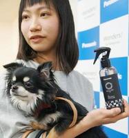 パナソニックが発売する犬のトイレ用消臭剤=22日、大阪市