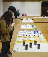「Tag」をテーマにした会員の作品が並ぶ九州陶磁器デザイナー協会展=有田町の九州陶磁文化館