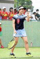 テニス女子シングルス決勝で、ポイントを決め笑顔を見せる佐賀西の林愛莉=SAGAサンライズパーク庭球場