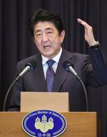 記者会見する安倍首相=14日、マニラ(共同)