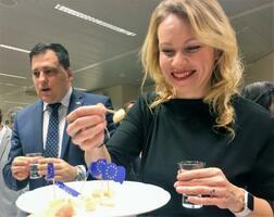 日本と欧州連合(EU)との経済連携協定(EPA)発効1周年レセプションで、日本酒と欧州産チーズを楽しむ参加者=23日、ブリュッセル(共同)