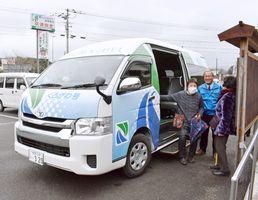 住民組織が運行する伊万里市黒川町内の巡回バス「くろがわ号」=黒川公民館