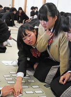 校内の百人一首かるた大会で盛り上がる龍谷中高の生徒たち=佐賀城本丸歴史館