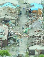 突風で損壊した佐賀市内の建物=平成16年6月27日、共同通信社ヘリから撮影