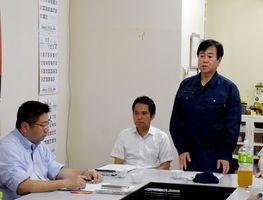 常任幹事会であいさつする原口一博代表(右)=佐賀市の国民民主党佐賀県連