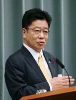 記者会見する加藤官房長官=23日午前、首相官邸