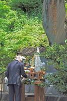 碑に向かい慰霊の言葉を述べる古賀峯一元帥顕彰会の井上萬二会長=有田町の陶山神社