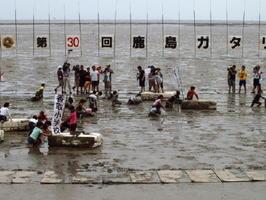 鹿島ガタリンピックで干潟を舞台にした競技を楽しむ参加者たち=2014年5月、鹿島市の七浦海浜スポーツ公園