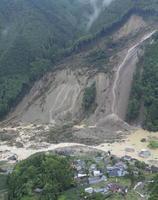 大規模な土砂崩れが発生した大分県日田市小野地区。消防団員の男性が巻き込まれて亡くなった=6日午後2時43分(共同通信社ヘリから)