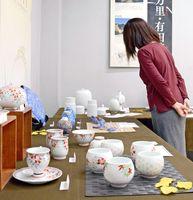 伊万里・有田焼伝統工芸士の個性的な作品70点が並ぶ会場=有田町の「有田館」