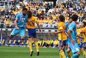 鳥栖-仙台 後半33分、鳥栖DFオマリ(左)がヘディングシュートを決め、3-2と勝ち越す=仙台市のユアテックスタジアム仙台
