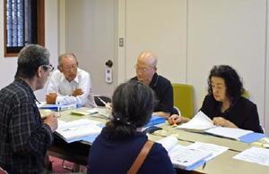 政務活動費収支報告書を確認する市民オンブズマン連絡会議・佐賀の人たち=佐賀県議会