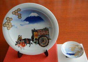 縁起皿「染錦牛車行幸の図」(左)と祝い盃「大和豊穣」