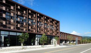 木の素材を全面に押し出したデザインで「建築九州賞」の最高賞を受賞したいぬお病院の建物=鳥栖市(写真家の石井紀久さん撮影)