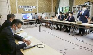 野党ヒアリングで財務省職員(左側)に赤木ファイルについて質問する立憲民主党の原口一博氏(右端)=24日午後、国会