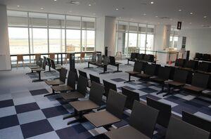 リニューアルされた佐賀空港ターミナルビルの国内線搭乗待合室。床は有明海をイメージした色合いになっている=佐賀市川副町