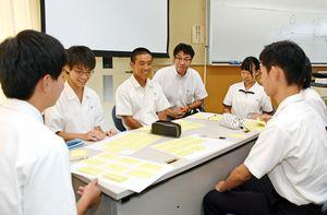 小松市長(中央)から聞いたまちづくりについての考え方をもとに、印象に残ったことなどを話し合う武雄高校生=武雄高校