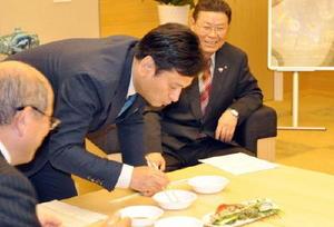 太良町で陸上養殖されたアワビを試食する山口祥義知事=県庁