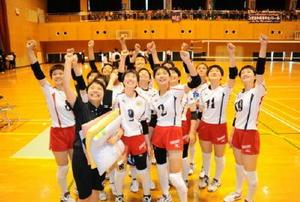 笑顔で優勝を喜ぶ鳥栖商女子バレーボール部=小城市の芦刈文化体育館