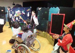 佐賀整肢学園こども発達医療センターであった人形劇の一場面(提供写真)=佐賀市