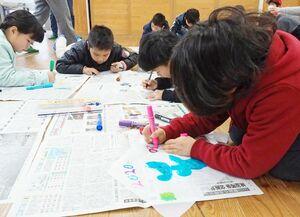 たこ作りに挑戦する子どもたち=佐賀市の若楠小学校