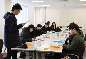 自分が勉強したいSDGsの目標について語る学生ら=佐賀市の佐賀新聞社