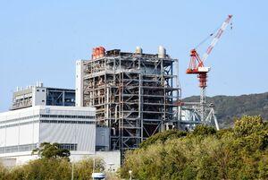 男性作業員が転落して死亡した九州電力旧唐津発電所の煙突解体現場=唐津市二タ子3丁目