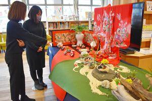 多彩なひな飾りを鑑賞する来場者=佐賀市の国際交流プラザ