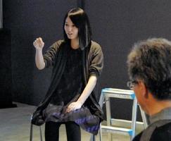 「有田は制作へのエネルギーをもらえる場所」と話す小松美羽さん=有田町のアリタポーセリンラボ旗艦店