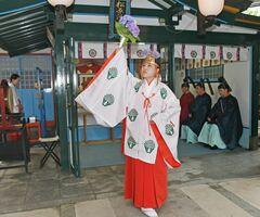 松原河童社の河童祭で、神楽舞を奉納するみこ=佐賀市松原