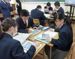 アクティブ・ラーニングを取り入れた静岡県立川根高校1年の数学の授業風景=11月、静岡県川根本町