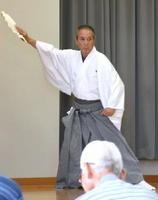 実行委員会の同級生で、唯一の男性として舞を披露した岡山光麿さん=太良町総合福祉保健センター「しおさい館」