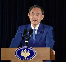 インドネシア・ジャカルタ市内のホテルで記者会見する菅首相=21日(共同)