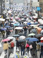 小雨の中、開幕した有田陶器市。来場者の傘の波が行き交う皿山通り=4月29日、西松浦郡有田町