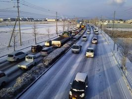 積雪で渋滞する車=6日朝、佐賀市の国道34号