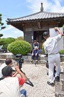 映画「天山の如く」の最終2幕の撮影。中林梧竹が郷里に建てた観音堂で行われた=小城市三日月町